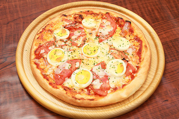 ベーコンエッグトマトピザ